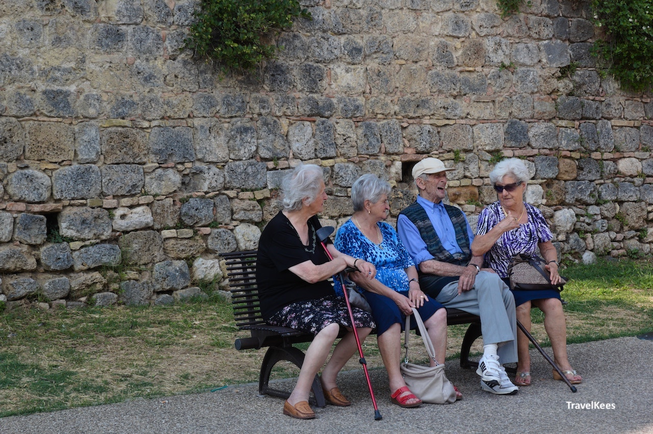 oude mensen op een bankje in san gimignano