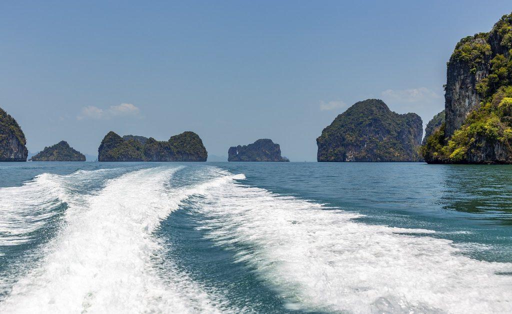eilandhoppen in thailand, zee met eilanden