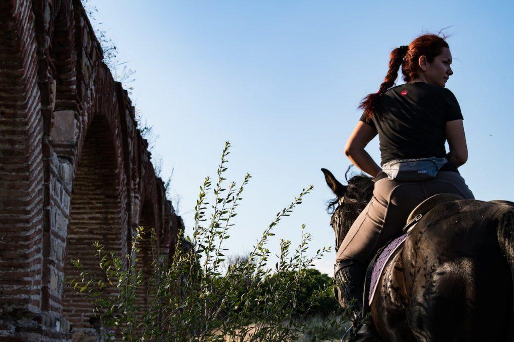 aquaduct in skopje, vrouw op paard
