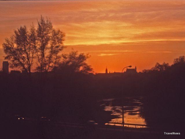 zonsondergang boven Warschau, Polen per trein
