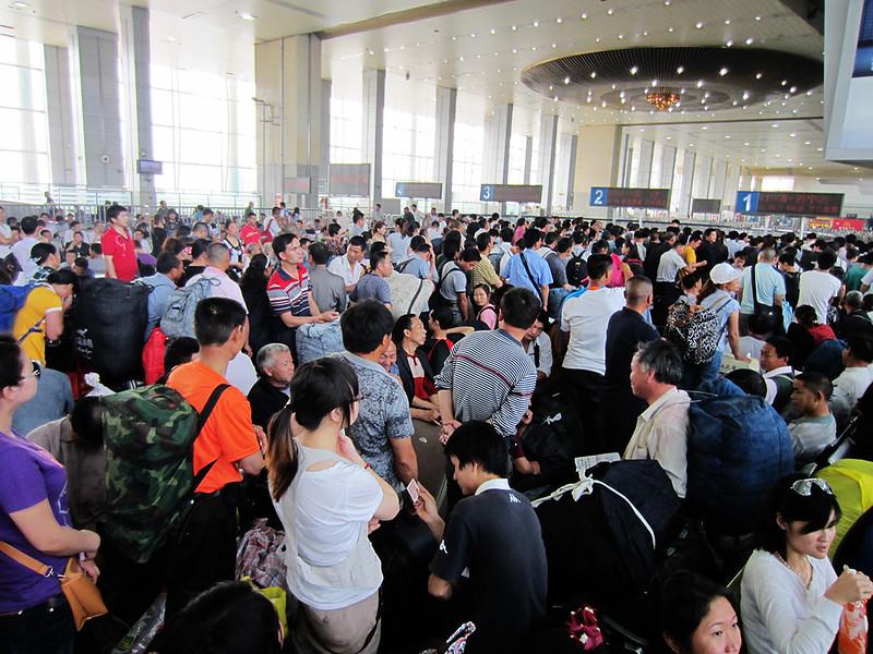 treinkaartje in china op het station kopen, crowds