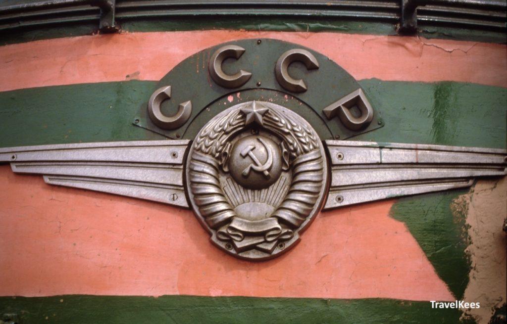 logo sovjet spoorwegen op een locomotief