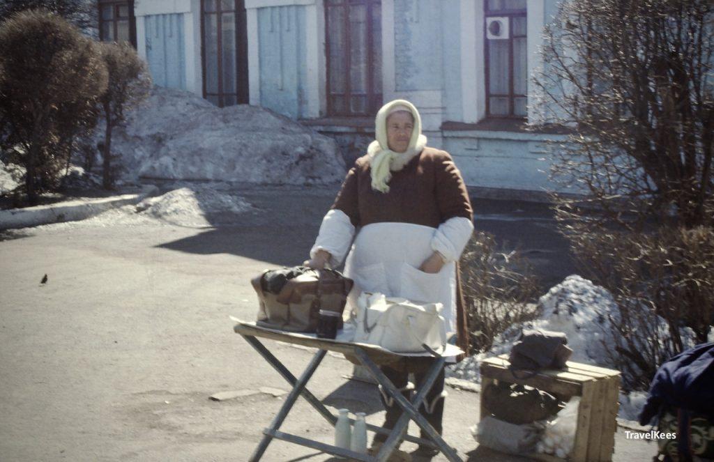 verkoopster op station van Ishim, rusland