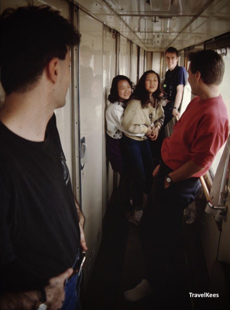 in het gangpad van de transsiberië express