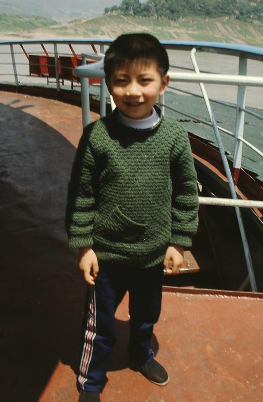 chinees jongetje aan boord van passagiersschip op de Yangtze