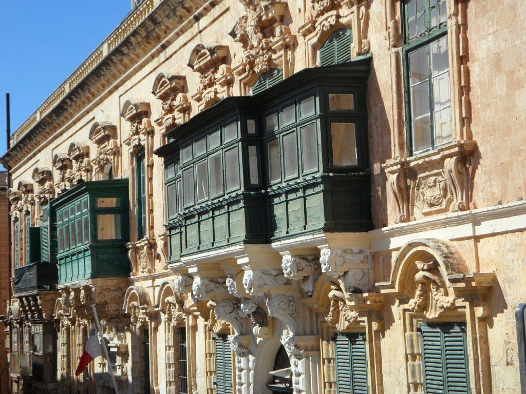 houten balkons op huizen in malta