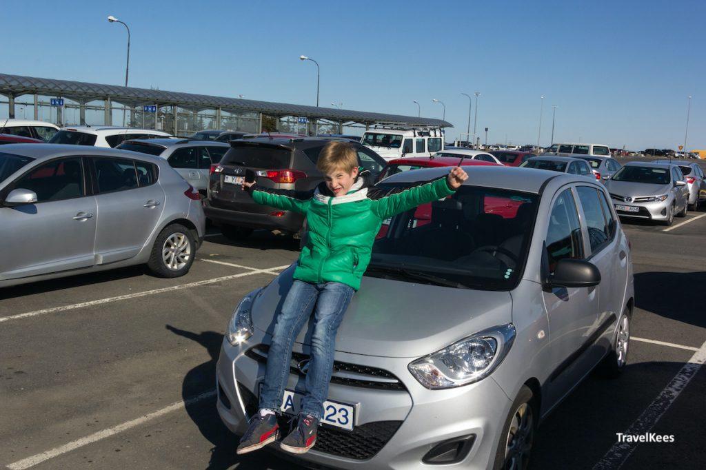 huurauto op parkeerplaats luchthaven