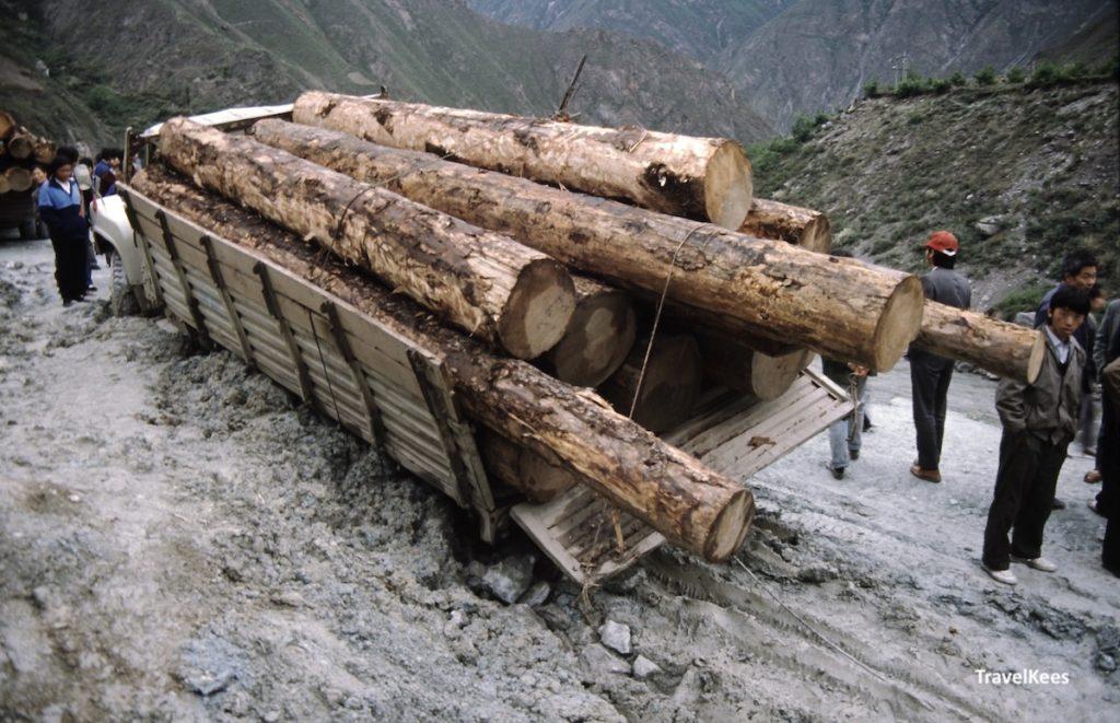 vastgelopen truck in de bergen, Sichuan