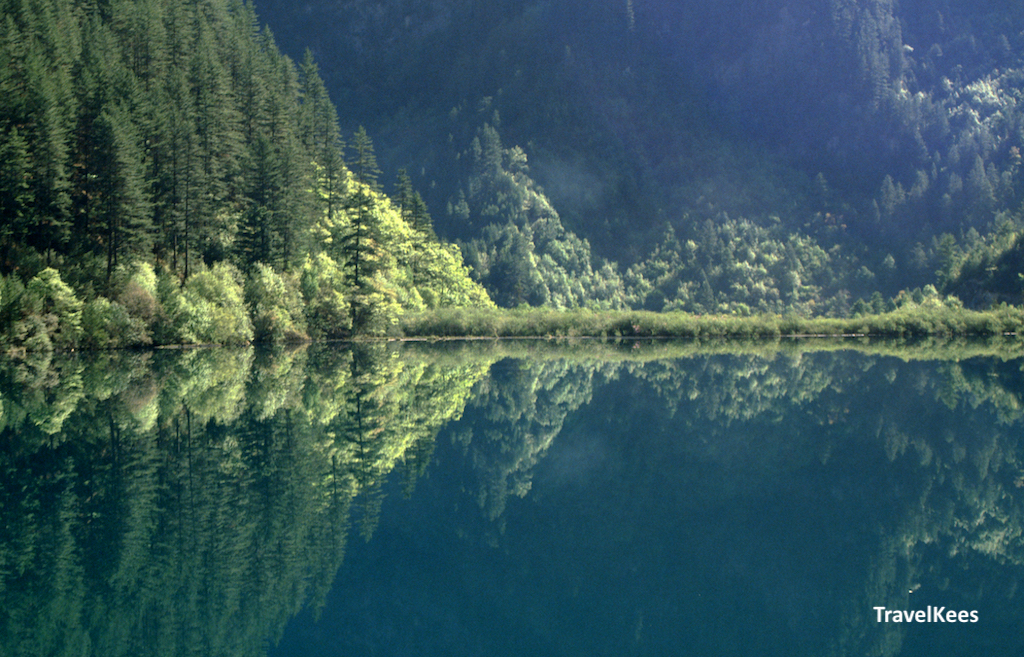 mirror lake in jiuzhaigou national park