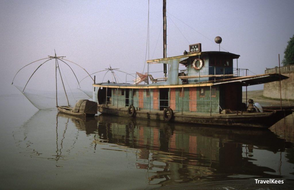 vissersboot aan kade in Leshan