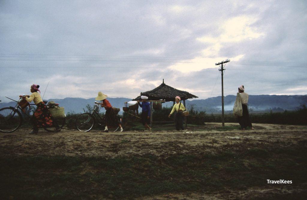 vrouwen met fiets op het platteland van China