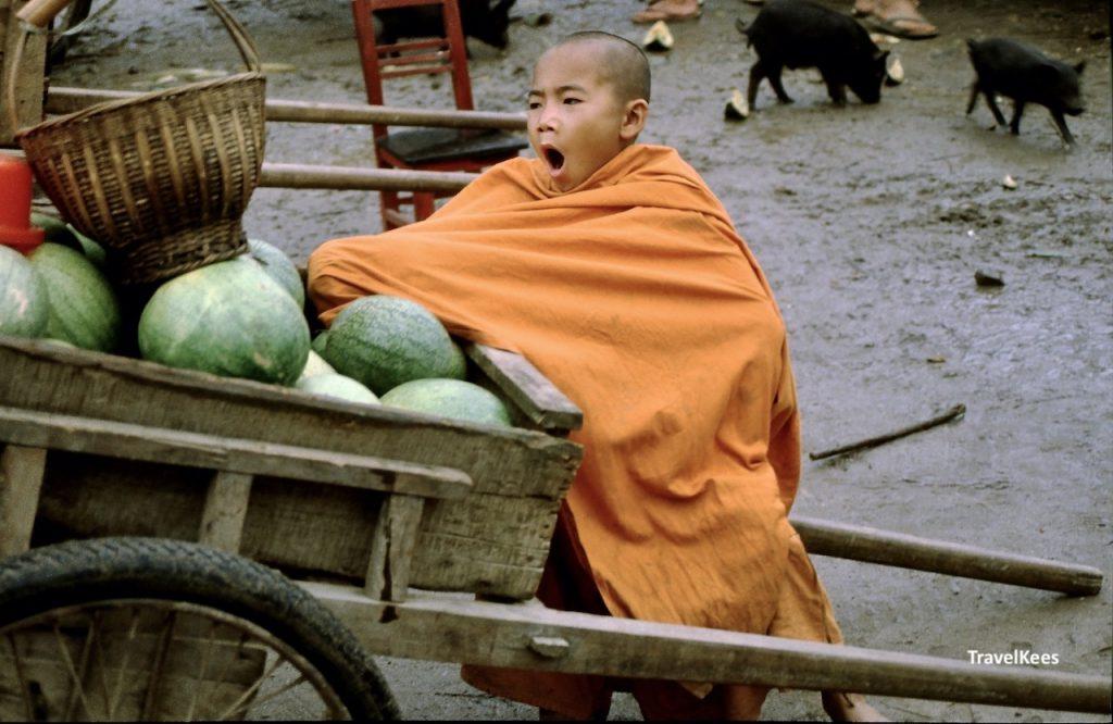 monnik op markt in china