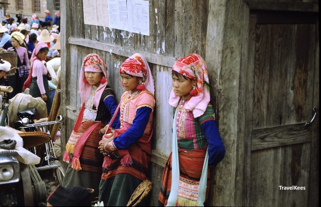 jonge vrouwen op markt in Menghun