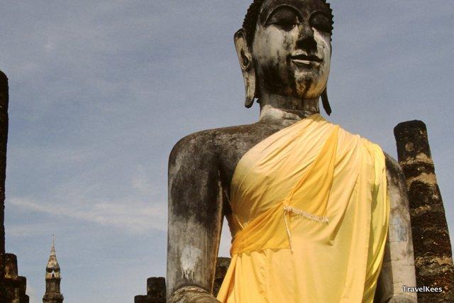 boeddhabeeld met geel gewaad