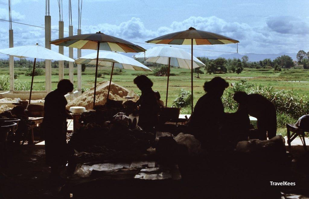 markt op platteland van thailand, silhouet
