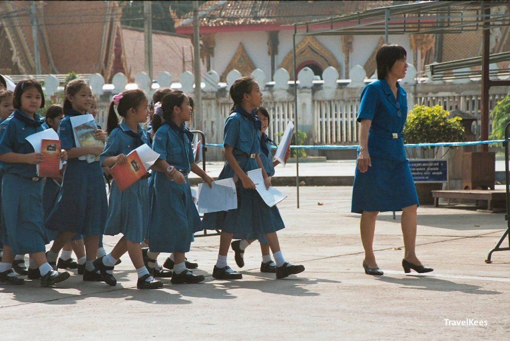 schoolkinderen in tempel, phitsanulok