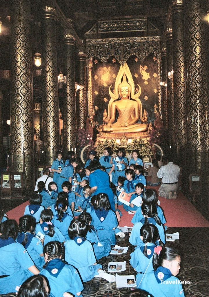 schoolkinderen in de Wat Phra Si Rattana Mahathat