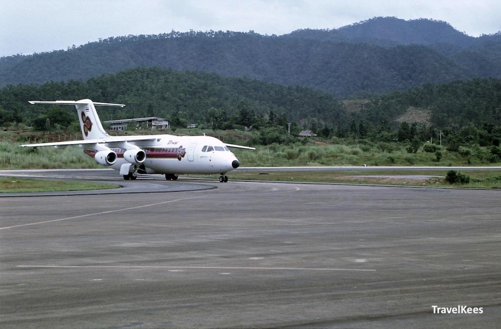 vliegtuig van mae hong son naar chiang mai, thai airways, mae hong son luchthaven,