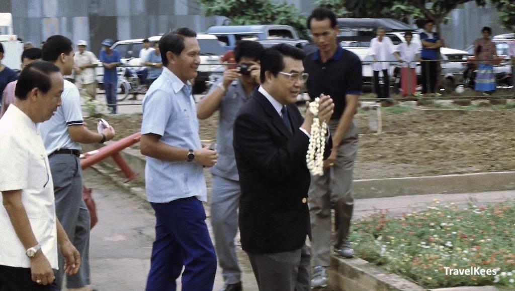 mensen op de luchthaven van mae hong son, man met bloemenkrans