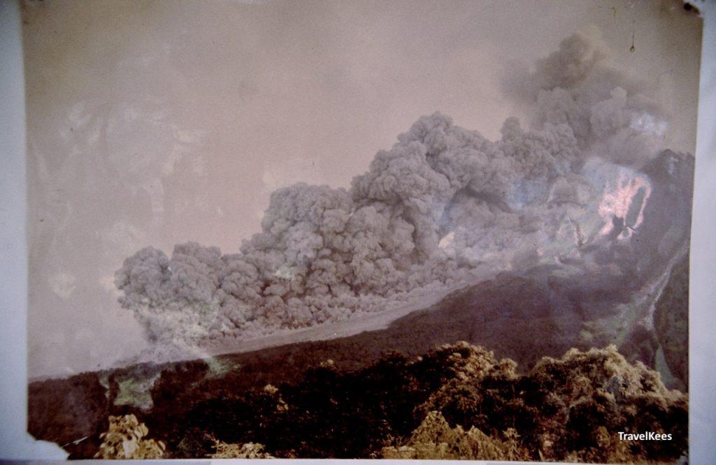 foto van een uitbarsting van de Merapi