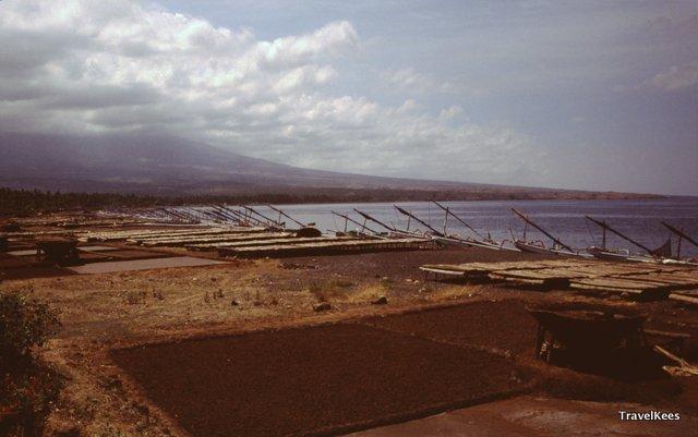 De noordoostkust van Bali is veel droger dan de rest van het eiland en de bevolking leeft voornamelijk van de visserij.