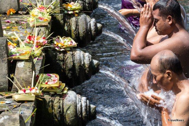 mensen reinigen zich in de tempel, bali