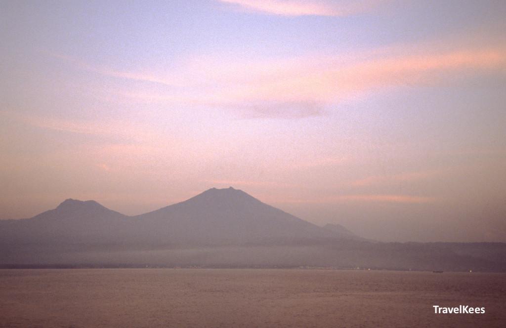 vulkanen gezien vanaf de zee