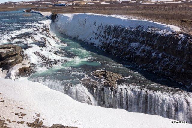 De nog half bevroren Gullfoss watervallen.
