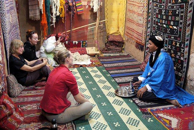 onderhandelen in tapijtwinkel, marokko