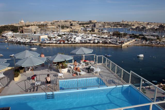 dakterras en zwembad met uitzicht vanaf appartementen Bayview in Malta over de haven, 8 dagen Malta aanbieding