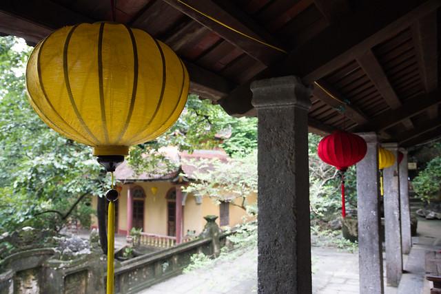 gele en rode lampions hangen voor de tempel van Bich Dong