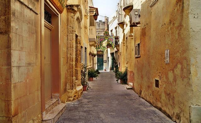 een smal straatje in de binnenstad van Valletta, Malta