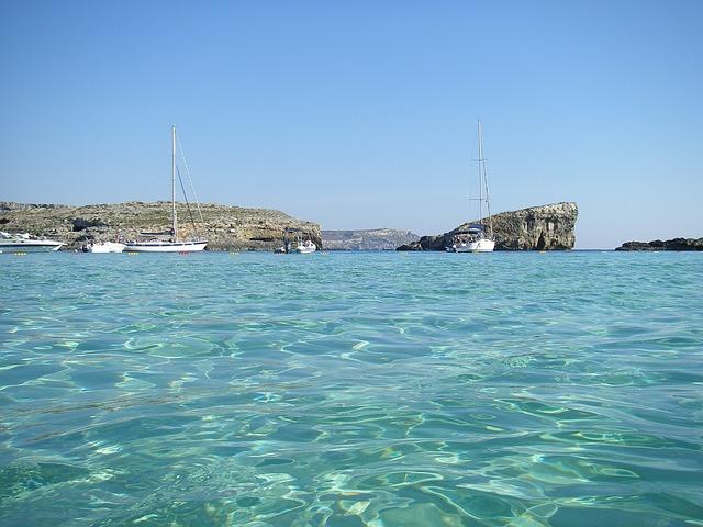 bootjes in de blue lagoon bij Comino, Malta, 8 dagen Malta