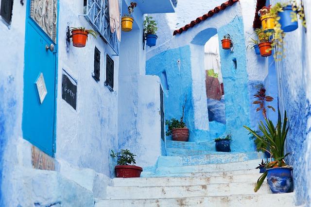 blauw geschilderd straatje in Chefchaouen
