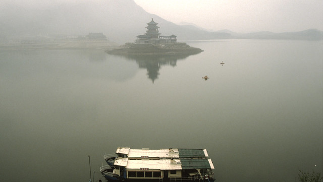 ming tombs reservoir, stuwmeer met pagode en bootjes,