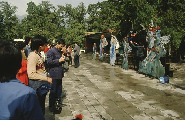 toeristen poseren bij ming tombes,