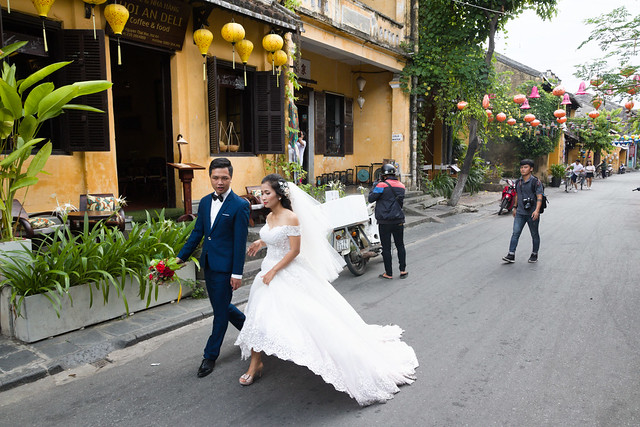 wedding couple in Hoi An old town