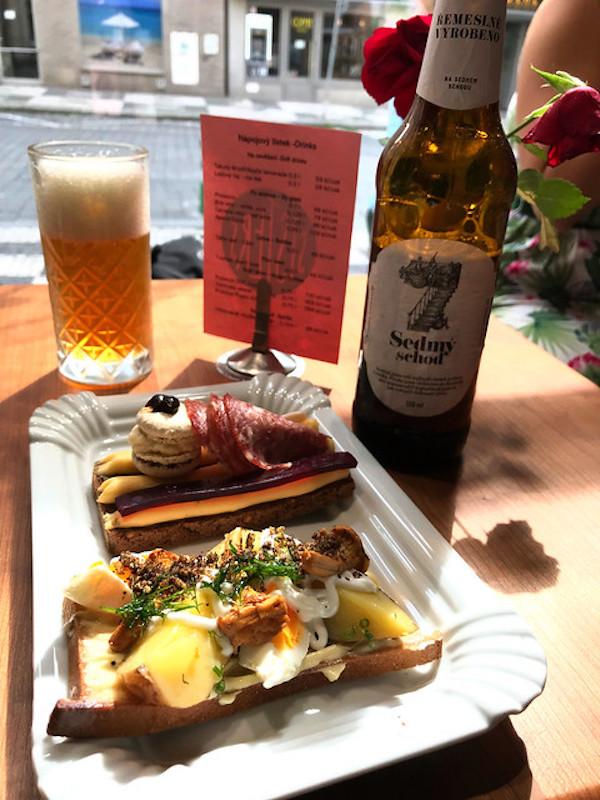 open sandwich en bier in Praag