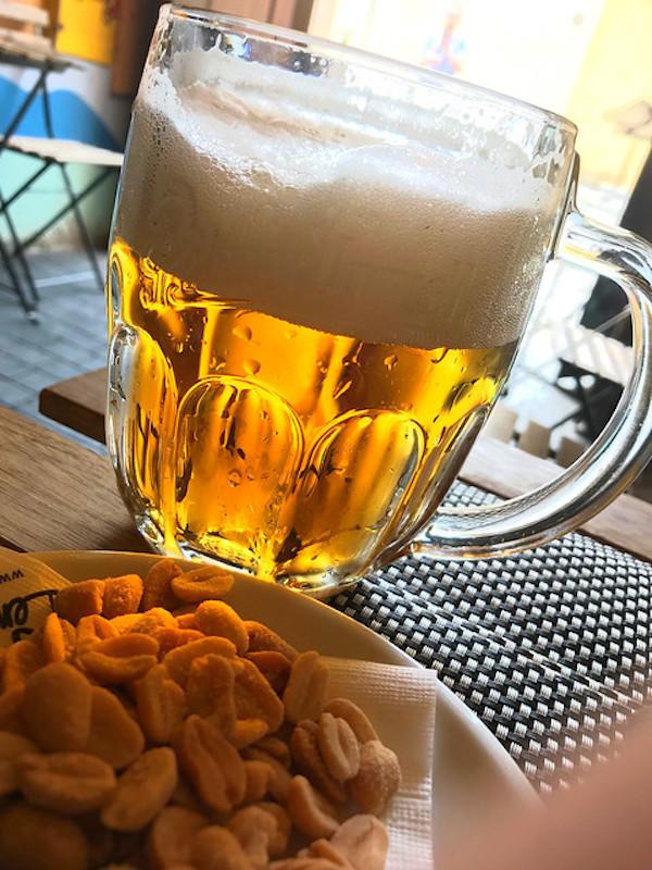bier in de John Lennon pub, Praag