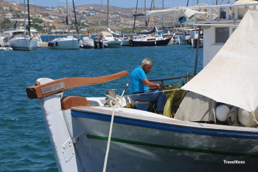 visser herstelt netten in boot