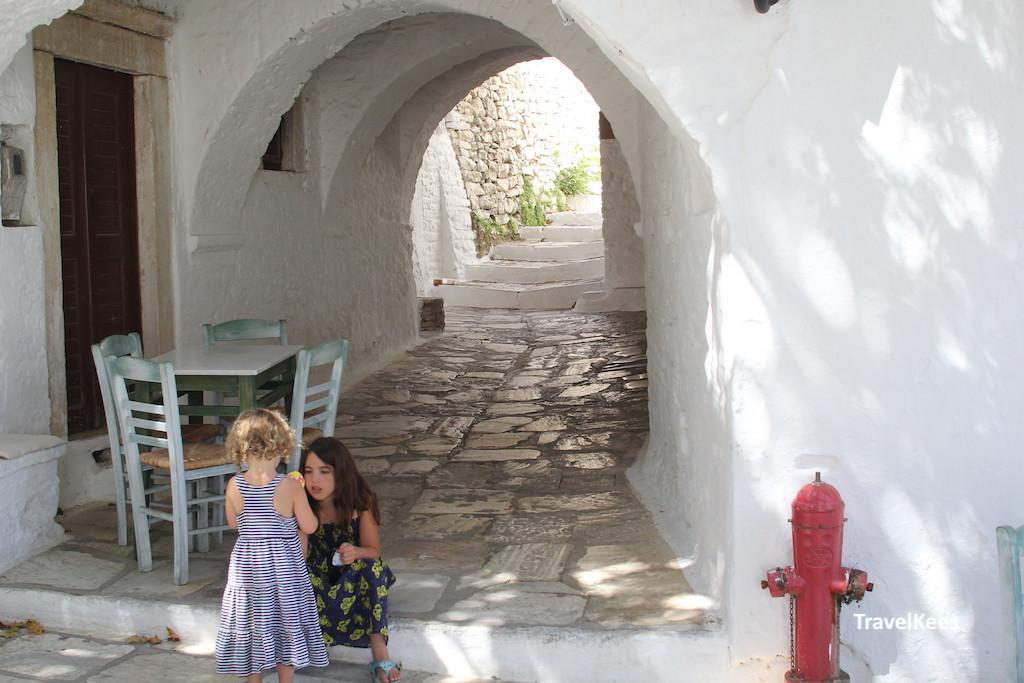 kinderen spelen in grieks dorpje