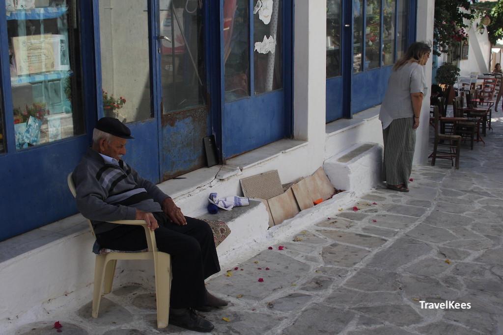 oude man op bankje in Griekenland